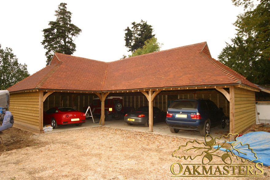 Open l shaped oak garage with gablet hip roof 5009 for Barn shaped garage