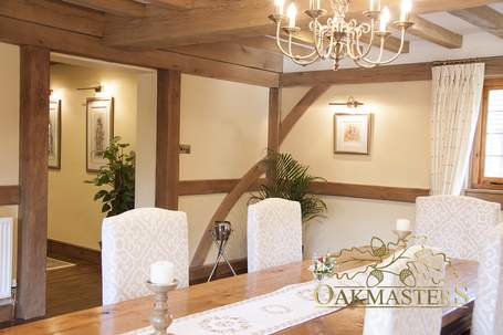 Exposed structural beams on the walls create a cosy cottage ambiance.